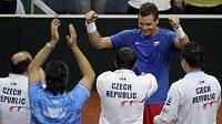Tomáš Berdych (čelem) slaví s ostatními členy daviscupového týmu postup do semifinále Davis Cupu.