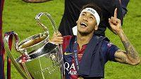Neymar oslavuje s trofejí pro vítěze Ligy mistrů.