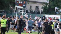 Po pohárovém utkání v Rýmařově vtrhli fanoušci Baníku na hrací plochu. Zasahovat musela policie.