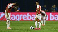 Zklamaní Alexis Sánchez (vpravo) a Olivier Giroud poté, co Arsenal inkasoval na hřišti Dinama Záhřeb.