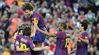 Radost fotbalistů Barcelony, kteří po vítěztví nad Valladolidem získali španělský titul.