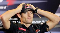 Dosavadní lídr letošního seriálu F1 Australan Mark Webber před startem v Singapuru.