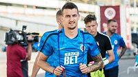 Nová posila Sparty záložník Vukadin Vukadinovič přichází na první trénink sezóny.