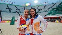 České beachvolejbalistky Markéta Skuková a Barbora Hermannová (vpravo) v dějišti olympijských her.