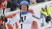 Švédský lyžař Mattias Hargin se raduje z vítězství ve slalomu v Kitzbühelu.