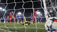 Míč končí po hlavičce Thiaga Silvy (není na snímku) z PSG v prodloužení v síti brankáře Chelsea Thibauta Courtoise.