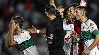 Fotbalisté Elche protestují u sudího poté, co neodpískal pokutový kop v zápase s Realem Madrid.