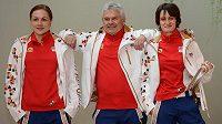 Rychlobruslařky Karolína Erbanová (vlevo), Martina Sáblíková a trenér Petr Novák během fasování oficiálního oblečení pro ZOH v Soči.