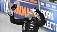 Nor Johannes Thingnes Boe s trofejí za celkové prvenství ve SP.