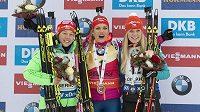 Vítězka závodu s hromadným startem Gabriela Koukalová (uprostřed), vpravo její krajanka a bronzová Eva Puskarčíková, vlevo stříbrná Laura Dahlmeierová z Německa.