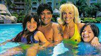 Diego Maradona s exmanželkou Claudií Villafaneovou a dvěma dcerami na společném snímku z roku 2008.