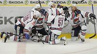 Hokejisté Chomutova se radují z branky v sedmém barážovém utkání na ledě Mladé Boleslavi.