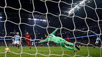 Leroy Sané (zcela vpravo) střílí vítězný gól Manchesteru City ve šlágru kola s Liverpoolem.