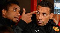 Brazilec Anderson (na archivním snímku vlevo) si na lavičce Manchesteru United povídal s Rio Ferdinandem.