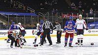 Puk se dotkl ledové plochy a šest hokejistů New Yorku Rangers a Washingtonu Capitals si vyřizuje účty z předchozího utkání.