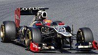 Romain Grosjean s lotusem na okruhu Catalunya v Barceloně