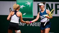 Český pár Barbora Krejčíková (vpravo), Kateřina Siniaková v semifinále deblu na French Open.