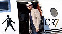 Cristiano Ronaldo nastupuje do svého letadla.