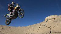 Slavná Rallye Dakar je jen pro silné nátury. Na ilustračním snímku je portugalský motocyklista Ruben Faría na stroji KTM.