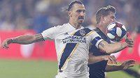 Zlatan Ibrahimovic (vlevo) z LA Galaxy a zadák Los Angeles FC Walker Zimmerman.