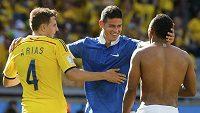 Zleva Kolumbijci Santiago Arias, James Rodríguez a Abel Aguilar slaví výhru nad Řeckem.