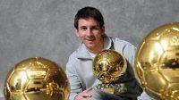 Argentinec Lionel Messi z Barcelony pózuje se svými třemi Zlatými míči pro nejlepšího fotbalistu planety.