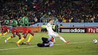Nicklas Bendtner z Dánska skóruje proti Kamerunu