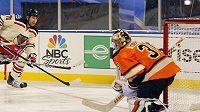 Mike Rupp z New York Rangers střílí gól brankáři Philadelphie Sergeji Bobrovskému při Winter Classic.