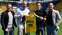 Siim Luts (druhý zprava) s teplickým sportovním ředitelem Jakubem Dovalilem (druhý zleva) a svými agenty Davidem Zíkou a Filipem Zíkou.