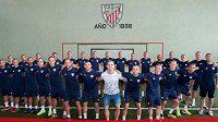 Španělský fotbalový tým Athletic Bilbao podpořil vážně nemocného hráče Yeraye Alváreze. Všichni hráči si nechali oholit hlavu a ukázali marodovi, že s ním mužstvo pořád žije.