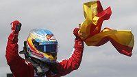 Pilot stáje Ferrari Fernando Alonso slaví triumf v domácí Grand Prix Španělska.