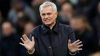 Kouč Tottenhamu Hotspur José Mourinho gestikuluje v utkání Premier League proti Bournemouthu