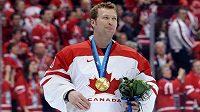 Kanadský brankář Martin Brodeur se zlatou medailí z olympiády 2010 ve Vancouveru.