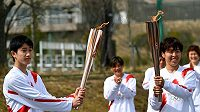 Štafetu nesli i fotbalistka Azusa Iwašimizuová (vpravo) a student Asato Owada.