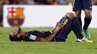 Zadák Barcelony Dani Alves na trávníku v ostře sledovaném zápasu s Realem Madrid