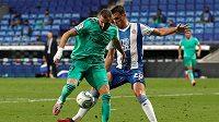 Francouzský fotbalový útočník Realu Madrid Karim Benzema (vlevo) přihrává na jediný gól utkání 32. kola La Ligy proti Espanyolu.