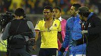 Kolumbijec Carlos Bacca s roztrženým dresem po utkání v rámci turnaje Copa América.