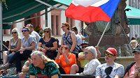 Lidé přišli 31. července 2021 fandit na Staré náměstí v Sokolově místní rodačce Markétě Vondroušové