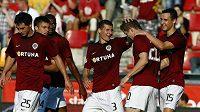 Fotbalisté Sparty gratulují Kuraji Kuckovi (druhý zprava) k vítěznému gólu proti Jablonci.