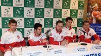 Švýcarský tým ještě pohromadě na tiskové konferenci před zápasem s Belgií. Zleva Henri Laaksonen, Yann Marti, kapitán Severin Luthi, Adrien Bossel a Michael Lammer.