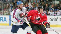 Slovák Jozef Stümpel (15) při SP 2004 v souboji s Kanaďanem Shanem Doanem. Zámořský tým tehdy v Torontu vyhrál 5:0