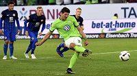 Střelec Mario Gomez střílí z penalty vedoucí gól Wolfsburgu v baráži o účast v bundeslize, kdy byl soupeřem Vfl tým Eintracht Braunschweig.