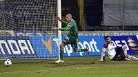 Roman Bednář z Příbrami (vlevo) střílí gól brankáři Jihlavy Janu Hanušovi.
