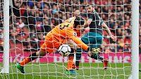 Shane Long (7) ze Southamptonu překonává gólmana Arsenalu Petra Čecha.