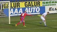 David Limberský mrštil míč po Patriku Šimkovi.