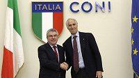 Šéf MOV Thomas Bach (vlevo) podpořil společnou kandidaturu Milána a Cortiny d'Ampezzo. Na snímku je s ním předseda Italského olympijského výboru Giovanni Malago.