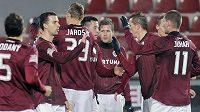 Hráči Sparty se radují po vstřelení třetí branky do sítě Znojma v odvetě 4. kola Ondrášovka Cupu.