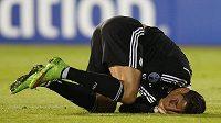 Cristiano Ronaldo z Realu Madrid se svíjí na trávníku v Sofii s bolestivou grimasou.
