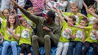 Usain Bolt má, zdá se, děti rád. Před mladými vědci by se měl ale mít na pozoru.
