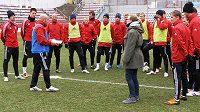 Italský trenér Giancarlo Favarin se s pomocí tlumočnice seznamuje s fotbalisty Viktorie Žižkov.